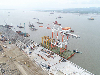 The first crane at Lach Huyen port